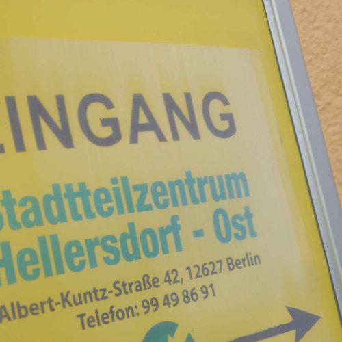 """Schild auf dem steht """"Eingang Stadtteilzentrum Hellersdorf-Ost"""""""